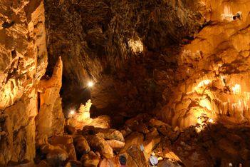 Pénétrez dans les grottes de Vallorbe et découvrez en famille un décors fabuleux digne des Milles et Une Nuits !