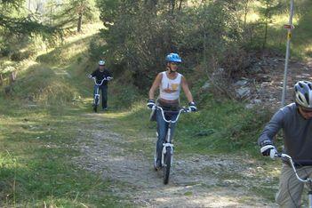 Enfourchez votre trottinette tout terrain et partez en famille à la découverte de la magnifique région du Val d'Hérens !