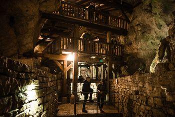 Descendez à 23 mètres sous la terre et explorez en famille les moulins souterrains du Col-des-Roches, patrimoine industriel unique en Europe !