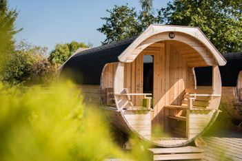 Dormir dans un tonneau en bois ? C'est possible au bord du lac de Bienne où un séjour atypique vous attend en couple ou en famille.