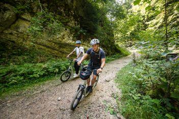 Enfourchez votre trottinette tout terrain et découvrez en famille les paradis naturels de la pittoresque région du Doubs et des Franches-Montagnes !