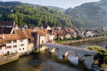 Découvrez en famille les secrets de la ville médiévale  de Saint-Ursanne au cours d'une balade insolite pleine de mystères et de lieux cachés !
