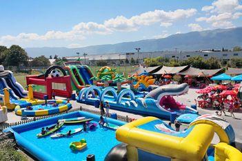 Châteaux gonflables, trampolines géants, toboggans aquatiques, venez vous rafraîchir en famille  pour une journée 100% fun