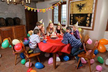 Fêter son anniversaire dans un château, rien de plus épatant pour vos bambins. Le château d'Aigle vous propose 5 formules  pour une journée mémorable.