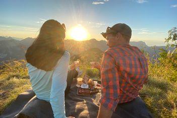Chaussures de marche aux pieds, pique-nique de produits authentiques sur le dos, carte de randonnée entre les mains. Passez une soirée inoubliable !