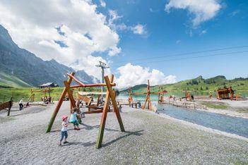 Aire de jeux imaginative, sentier de contrebande et camp des muletiers au bord du lac de Trübsee