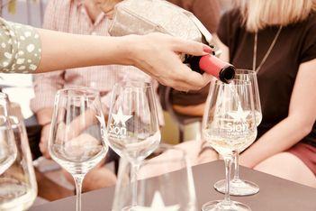 Sion & Wine Tour: deux expériences œnologiques qui allient dégustations, culture et gastronomie.