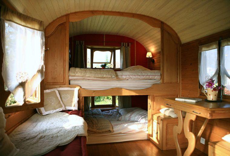L'intérieur cosy de la roulotte de La Lierre. Pour 5 à 6 personnes, elle possède une cuisine équipée et une salle de douche..JPG