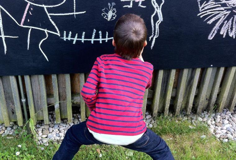 Enfant dessine sur les SONGES DU PETIT GLOBE - web.jpg