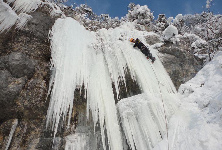 Gorges du Pichoux_Nicolas Zambetti_Lors d'une période de froid sibérien, Fabrice Willemin se mire au soleil....jpg