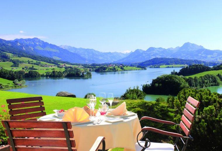 golf-resort-la-gruyere-pont-la-ville-restaurant-terrasse-belle-lac.jpg