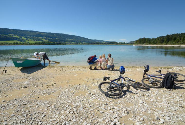 Famille au bord du Lac de Joux.JPEG