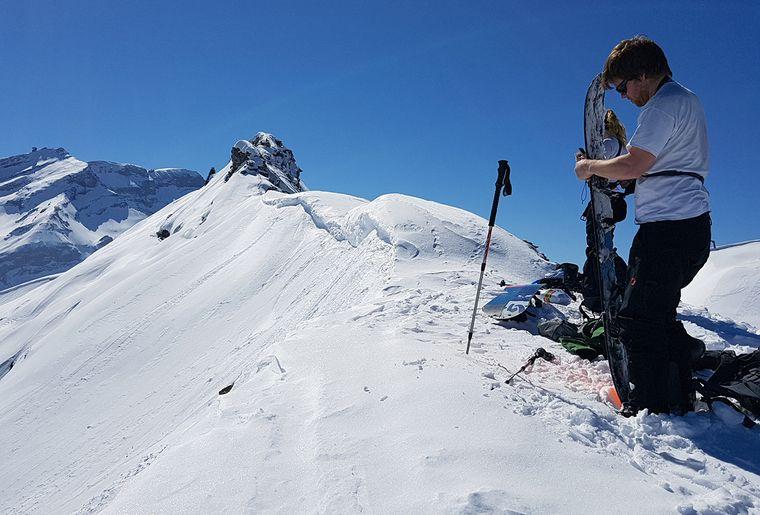 2.Arrivée au sommet et assemblage du snowboard.jpg