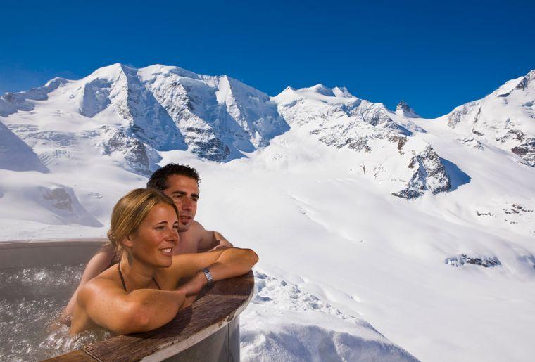Jacuzzi panoramique à 3000 m sur la terrasse du Berghaus Diavolezza © Engadin St. Moritz - Daniel Martinek.jpg