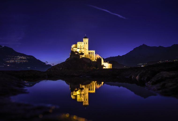 Sion_valere_reflet_eau_nuit© lumiere.ch.jpg