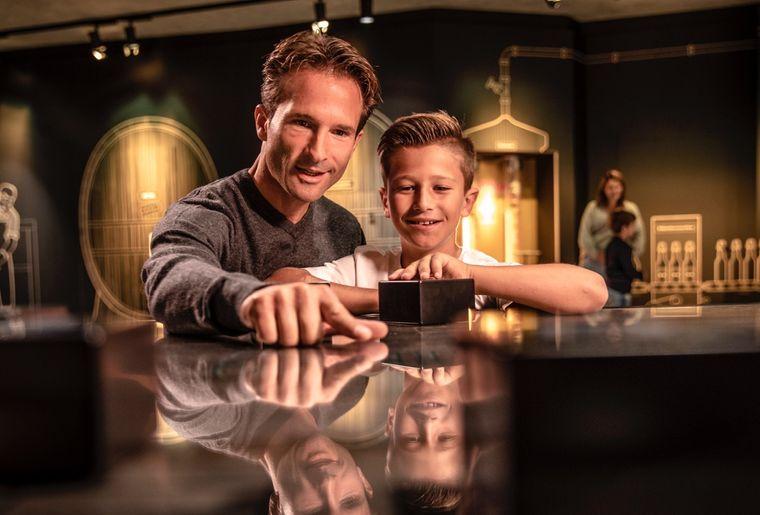 museumsbesuch-1-vater-sohn-interaktiv-rundgang.jpg