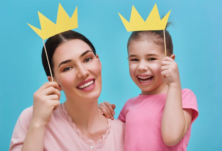 Mom-and-child-are-holding-crowns-642243006_6000x4279.jpg