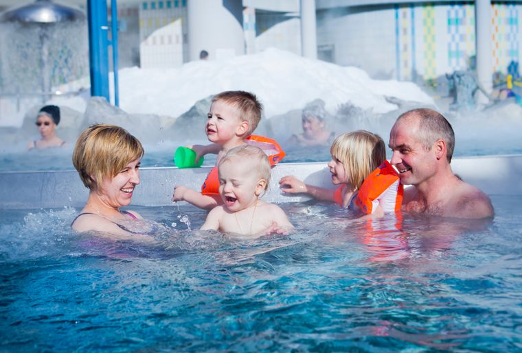 leukerbad-therme-bains-thermaux-bebe-petit-famille-piscine-loeche-valais.jpg