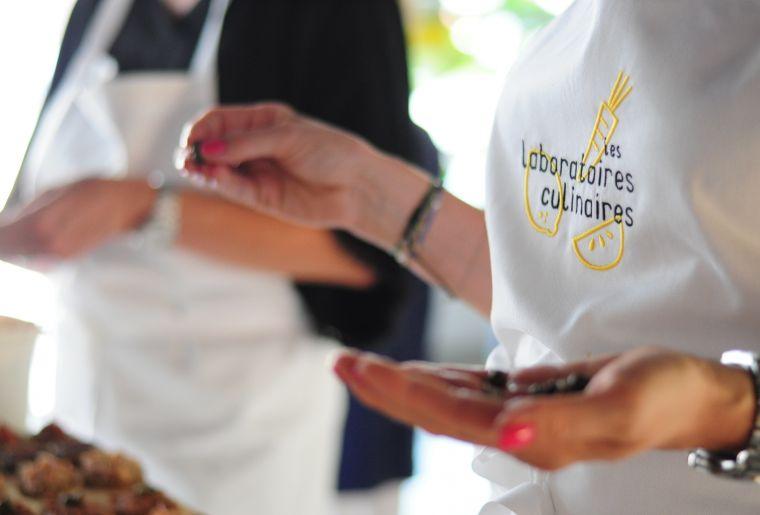 les laboratoires culinaires 2 tabliers.JPG