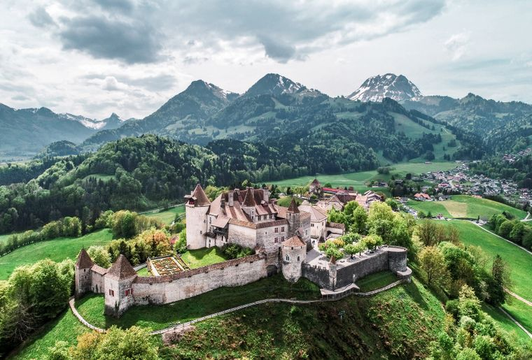 gruyeres-village-fribourg-chateau.jpg
