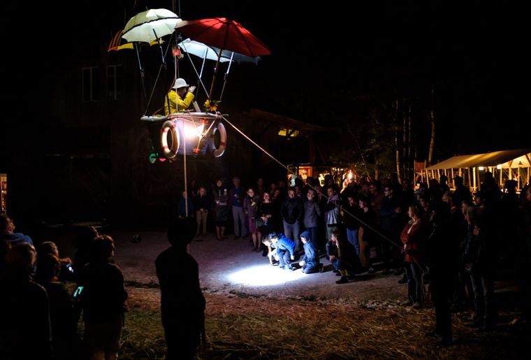 Romainmotier-festival-scenes-chapiteau-famille