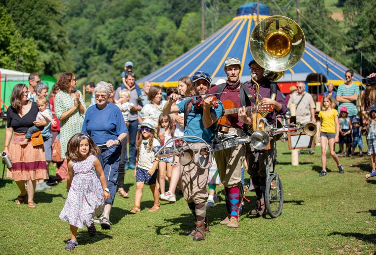 Romainmotier-festival-scenes-chapiteau-artistes