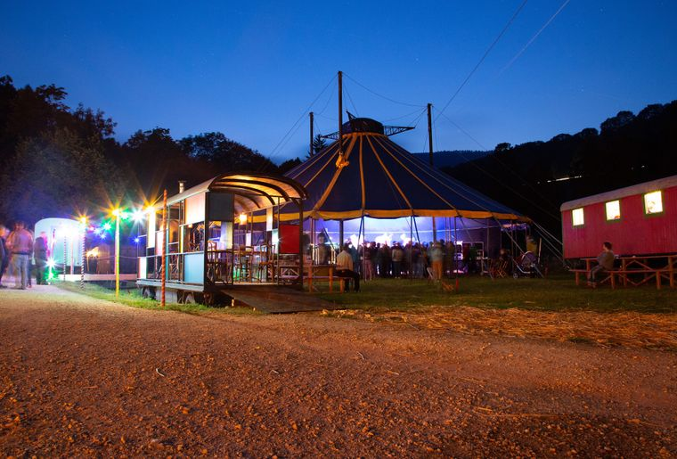 Romainmotier-festival-scenes-chapiteau