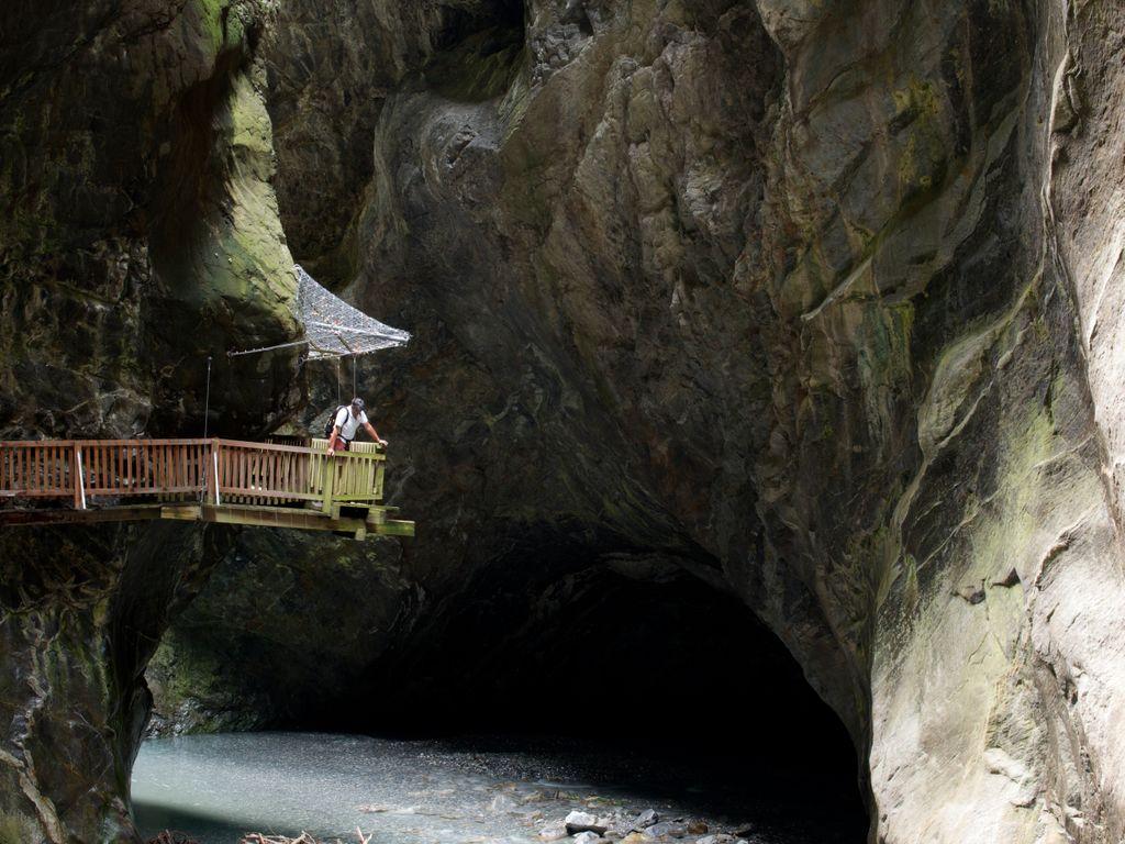 Balade fraîcheur aux gorges du Trient avec ses spectaculaires passerelles en bois à flanc de falaise