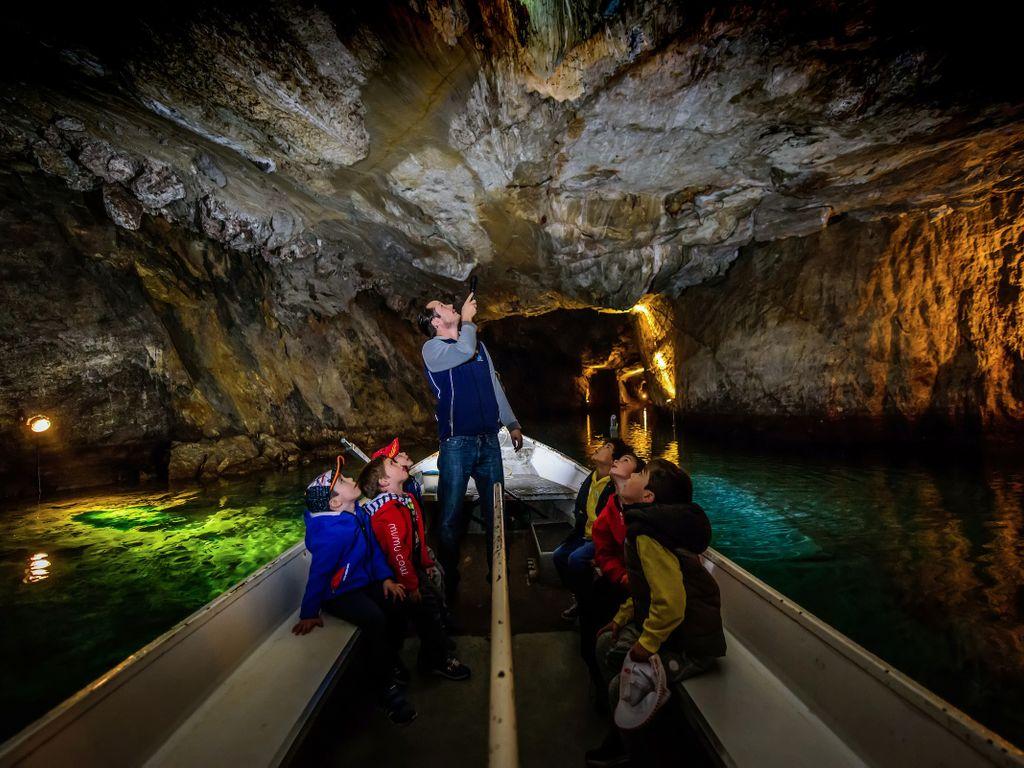 Visite en barque insolite de plus grand lac souterrain d'Europe à St-Léonard en Valais