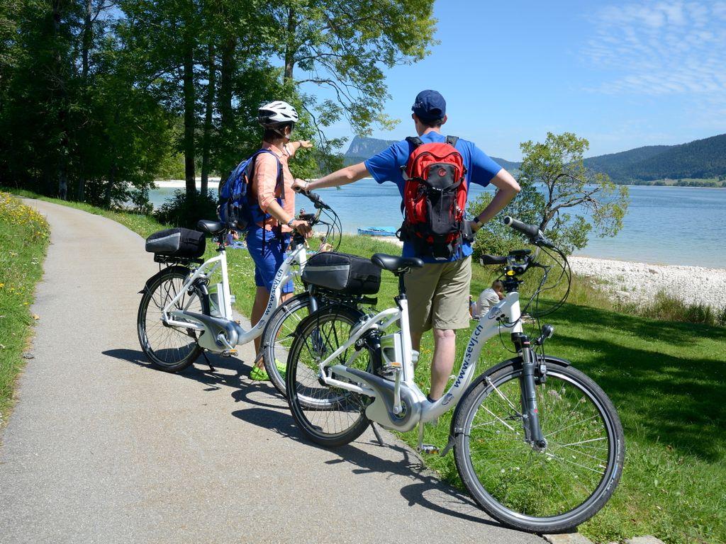 E-bike en Suisse romande - Les plus belles balades avec location pour découvrir le vélo électrique – Tour du lac de Joux au départ du Sentier