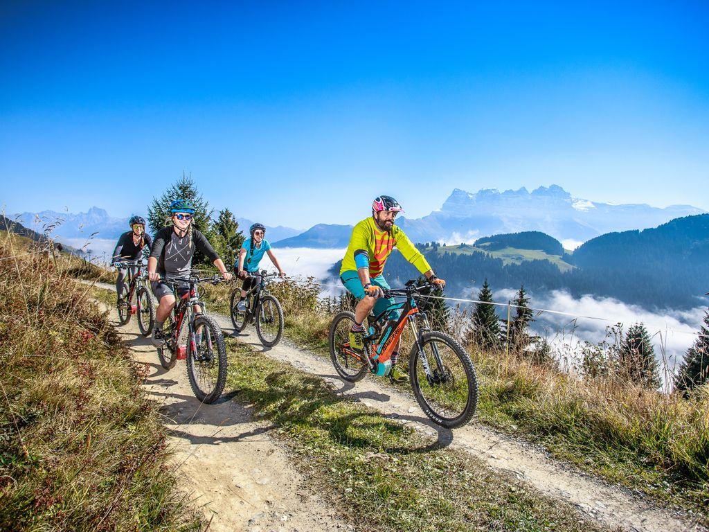E-bike en Suisse romande - Les plus belles balades avec location pour découvrir le vélo électrique – Grand 8 E-bike entre Morgins et Champéry