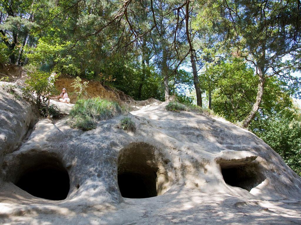 Partie de cache-cache insolite dans les grottes de Lamberta, ancien fort militaire à haut-Vully