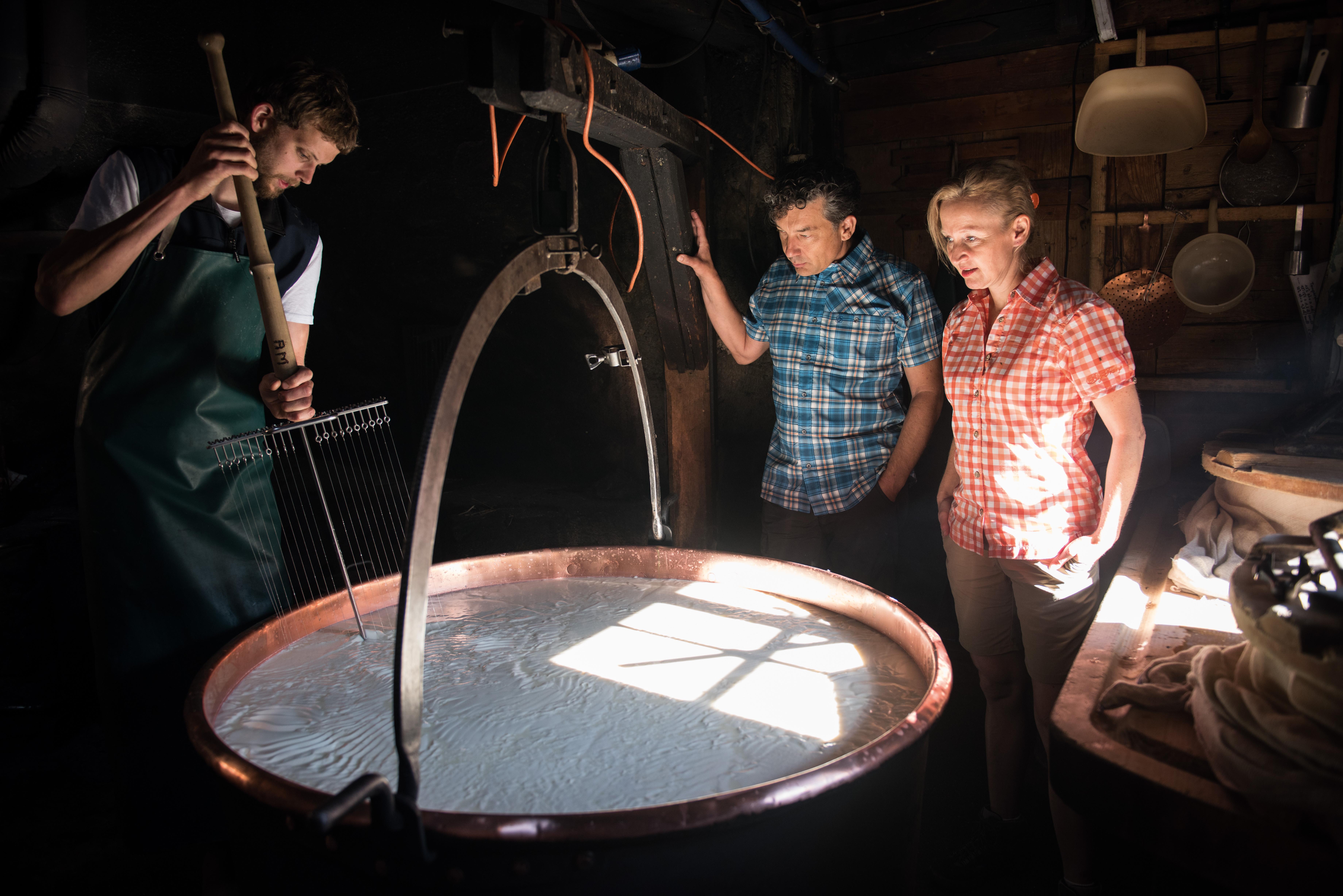 Fromages suisses - Démonstration de fabrication de Gruyère dans l'alpage de la famille Murith