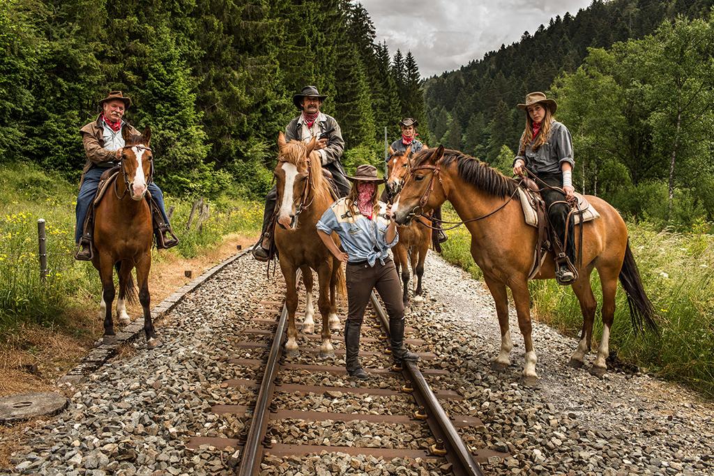 Balades insolites avec des animaux étonnants - Attaque de train par des cow-boys dans le Jura
